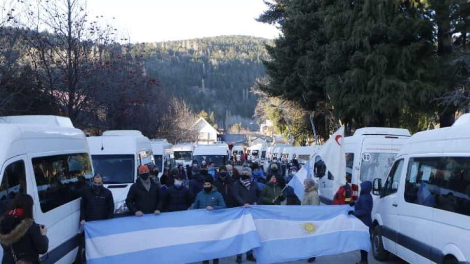 Los comerciantes y operadores turísticos de San Martín de los Andes se manifestaron buscando respuestas ante la crisis por la que atraviesa el sector. (Foto: Gentileza  Florencia Piscicelli)