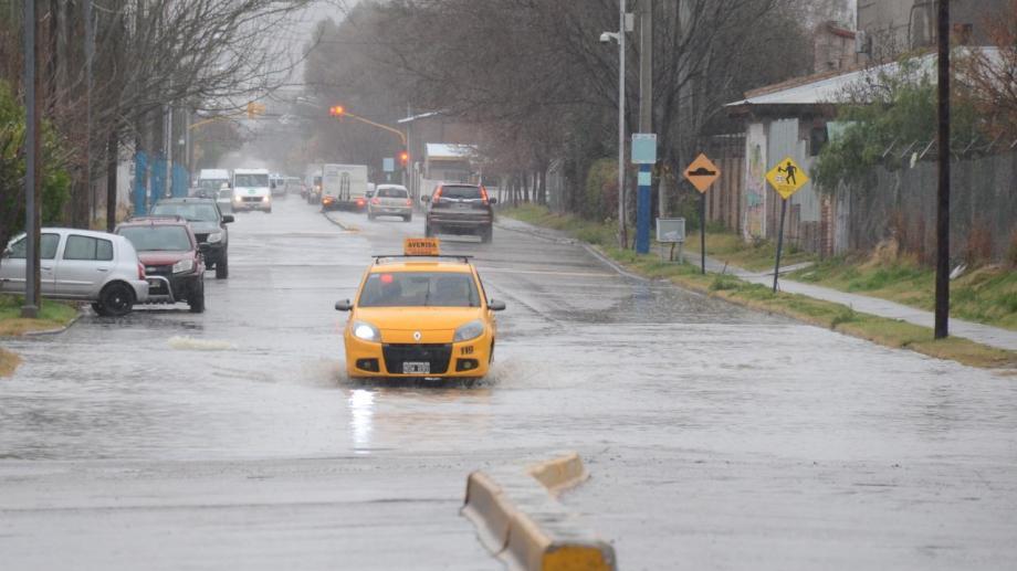 Las intensas lluvias de la semana pasada provocaron la anegación de calles en Neuquén Capital. Foto: archivo Yamil Regules.
