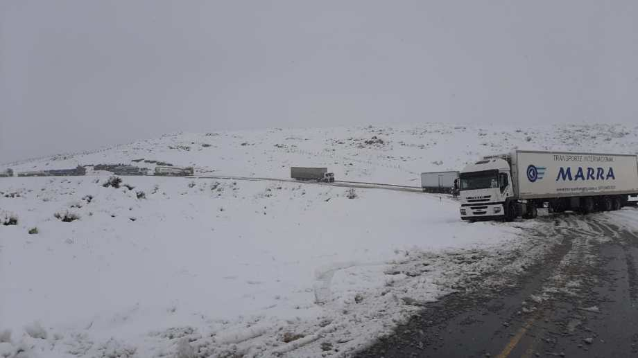 Hay más de 100 camiones varados entre Collón Cura y Piedra del Águila. Jorge Román, uno de los transportistas, denunció falta de prevención y mantenimiento por parte de Vialidad Nacional y Provincial. (Foto: Gentileza).