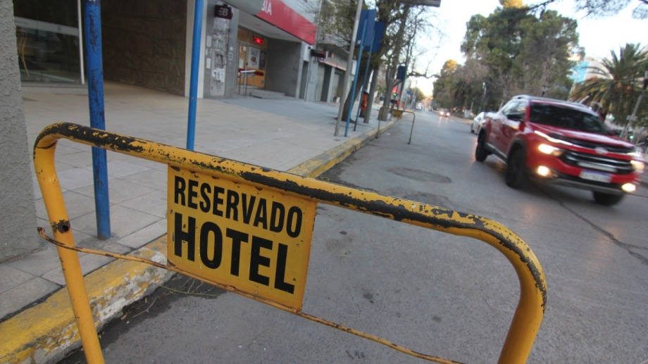 Desde fines de julio se permitió a los hoteles en el aglomerado Neuquén capital, Centenario y Plottier. Para trabajadores esenciales.  Foto: Oscar Livera.