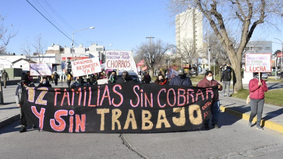 Los trabajadores de Expreso Argentino, como parte de la Multisectorial Neuquén, marcharon hasta la Casa de Gobierno. (Florencia Salto).-