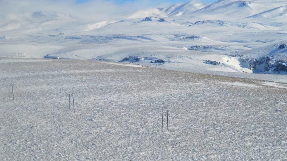 El tendido eléctrico rodeado de nieve.  Foto: Prensa EPEN