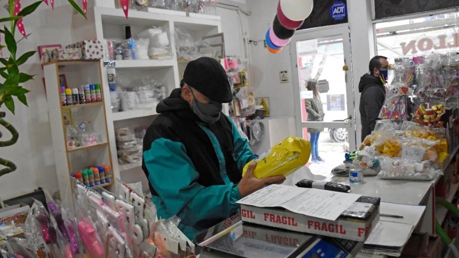 """Algunos comercios locales son punto de entrega, """"pickit"""", para las compras digitales.  Foto: Florencia Salto."""