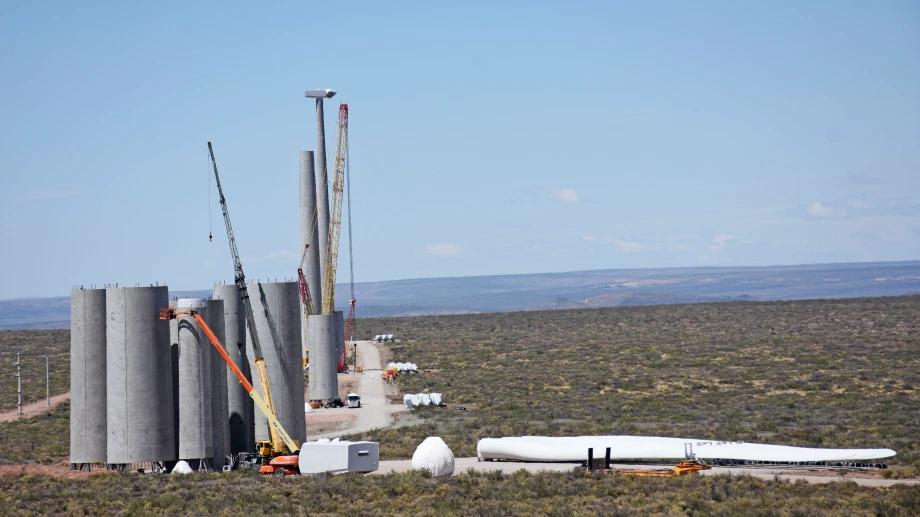 Para finales del mes que viene esta programada la finalización de los montajes de los aerogeneradores del Parque Eólico Vientos Neuquinos I. (Foto: Florencia Salto)