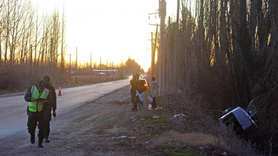 """El vehículo circulaba desde Cipolletti hacia General Enrique Godoy. Volcó en la denominada """"ruta chica"""". (foto: Andrés Maripe)"""