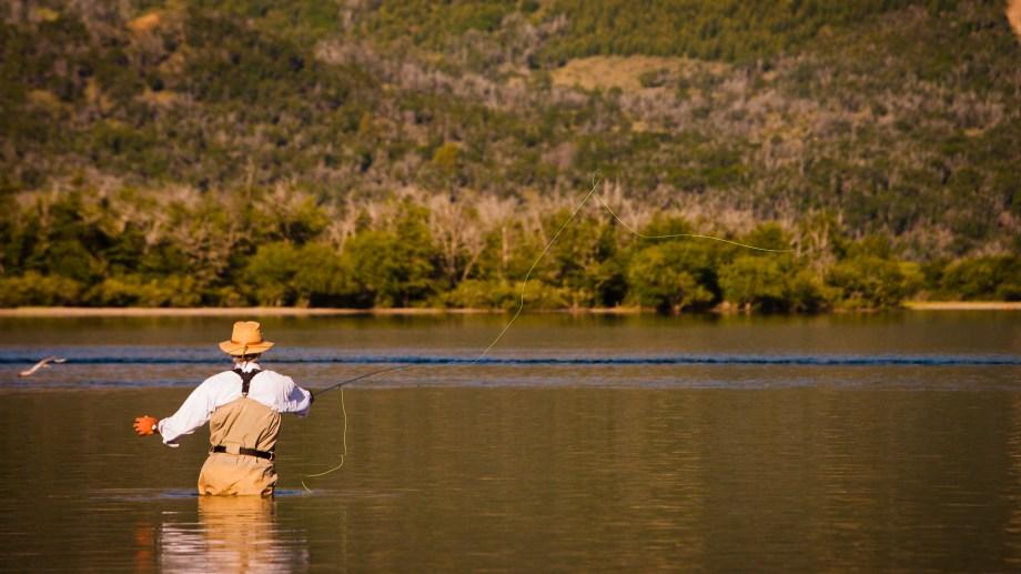 Pesca con mosca en el lago Meliquina. Foto: Patricio Rodríguez