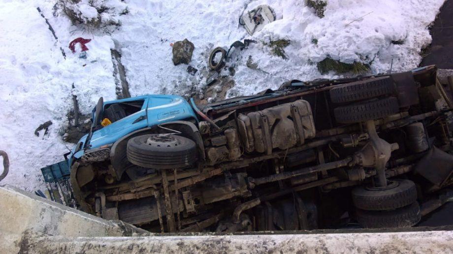 El camión cayó unos diez metros tras derrapar. Foto Zapala8340