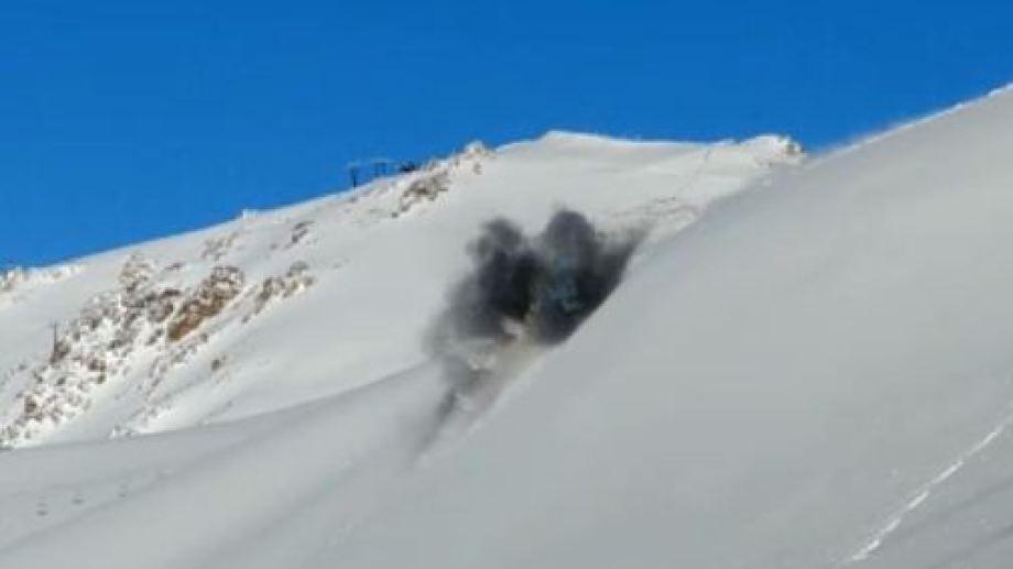 El momento de la detonación para generar la avalancha controlada en Cerro Catedral, Bariloche. Captura de video.