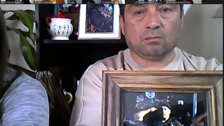 El padre del policía Nahuelcar, durante la audiencia de hoy. (Imagen Zoom)