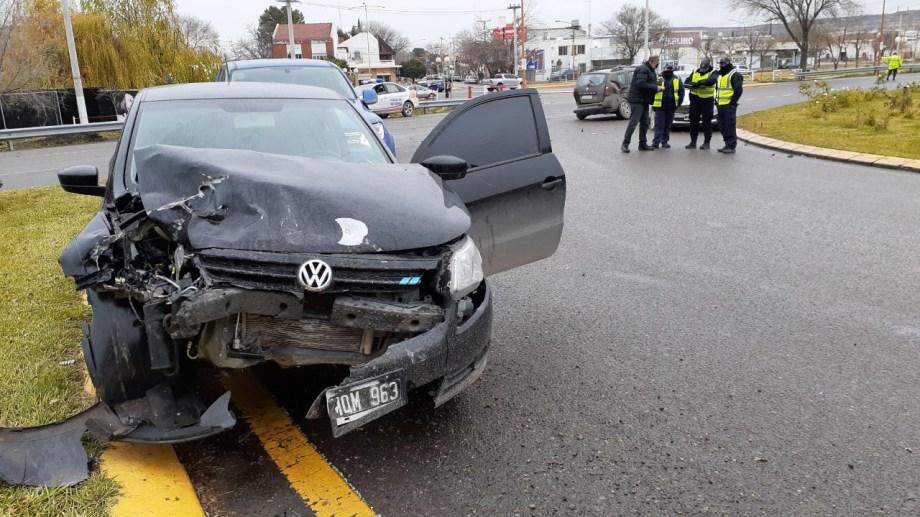 Los tres vehículos quedaron detenidos sobre la ruta en el acceso a la rotonda de Regina. (Foto Pablo Accinelli)