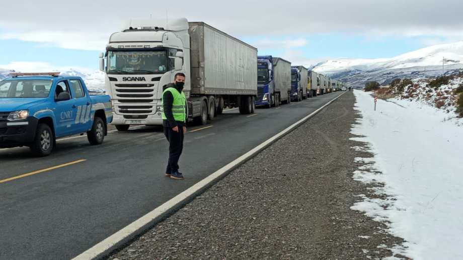 Los camiones estuvieron parados varios días por los cortes de rutas y el paso Samoré ante las malas condiciones climáticas. Foto Gentileza CNRT