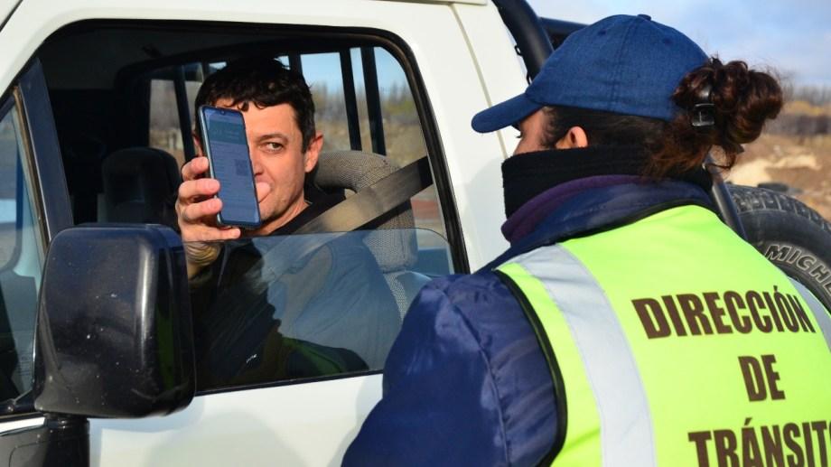 Inspectores de Tránsito del municipio solicitan permisos de circulación a quienes ingresan por la ruta 22 a Regina. (Foto Néstor Salas)