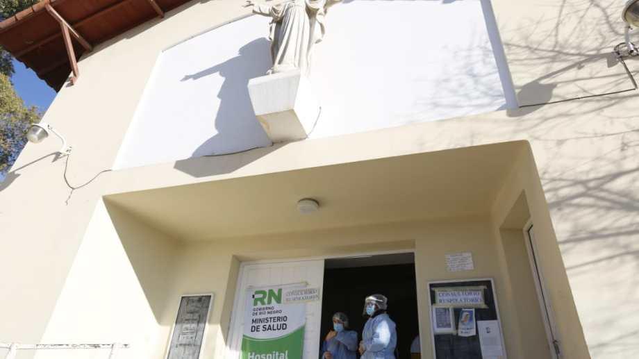 Buscan habilitar más espacios de internación en el hospital de Roca. La cifra de casos activos llegó a 106. (fotos: Juan Thomes)