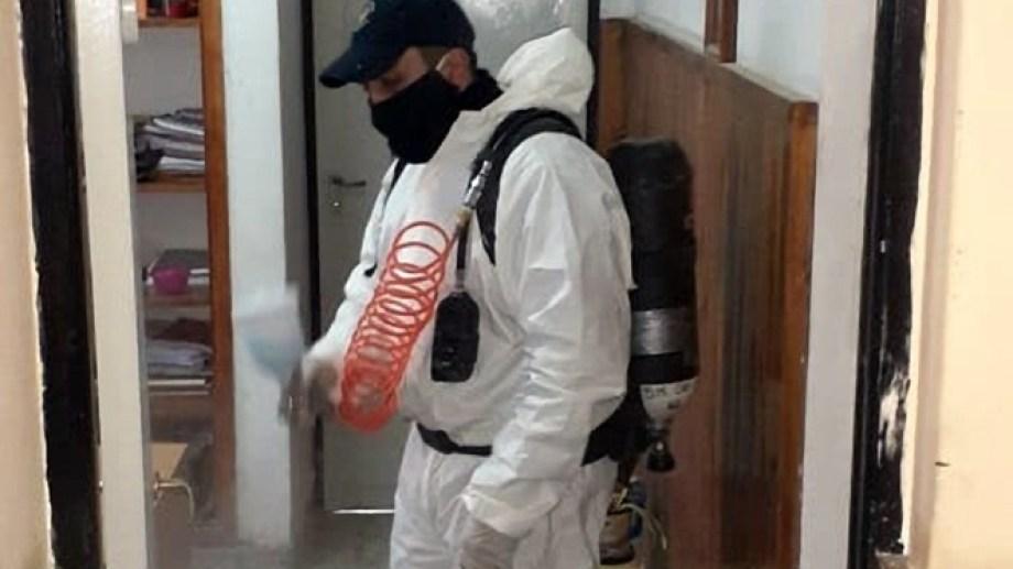 Personal de bomberos desinfectó instalaciones de la Comisaria 16 de Huergo.