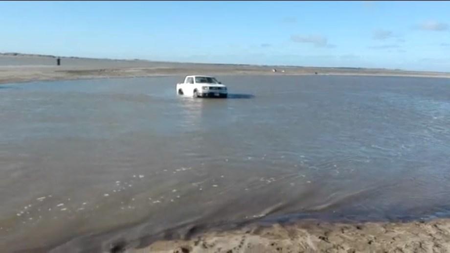 El agua atrapa a los vehículos de aquellas personas que no conocen el terreno en El Cóndor.