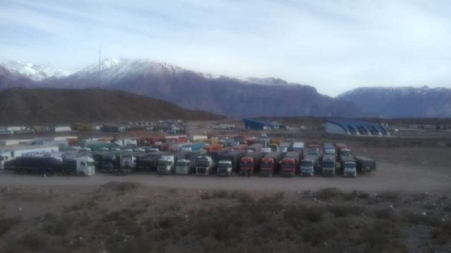 Así se veían este miércoles los camiones varados en el paso mendocino. Foto: gentileza MDZ Online.-