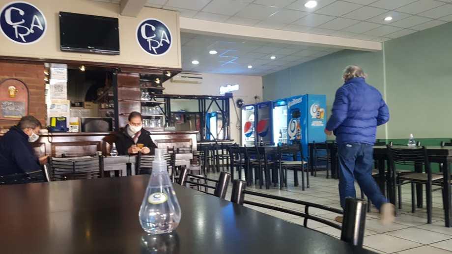 Confiterías de Regina comenzaron a trabajar, pero no se permiten reuniones sociales. (Foto Néstor Salas)