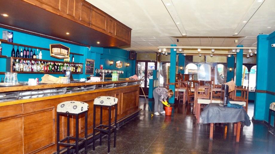 A partir de las 9 de hoy, bares, confiterías y restaurantes podrán abrir sus puertas. (Foto Néstor Salas)