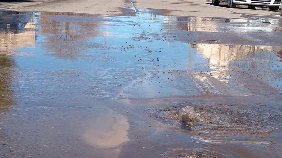 La presión del agua rompió el asfalto y ahora sale a borbotones. (foto: Luis Leiva)