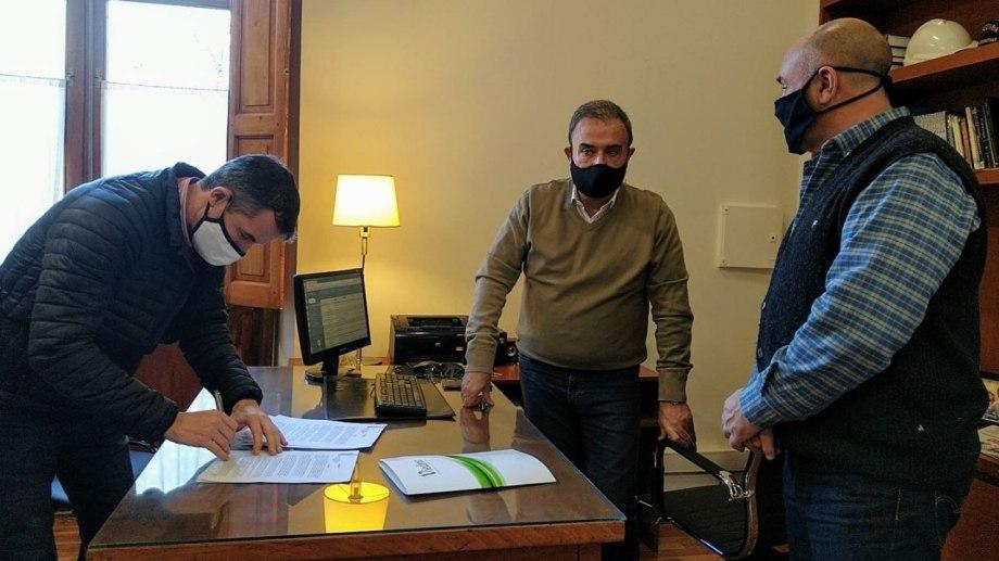 La firma del convenio se realizó en el despacho municipal. Foto: gentileza.