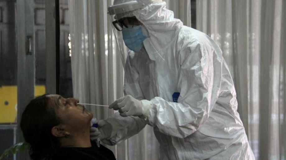 Los hisopados son clave para detectar los contagios.-