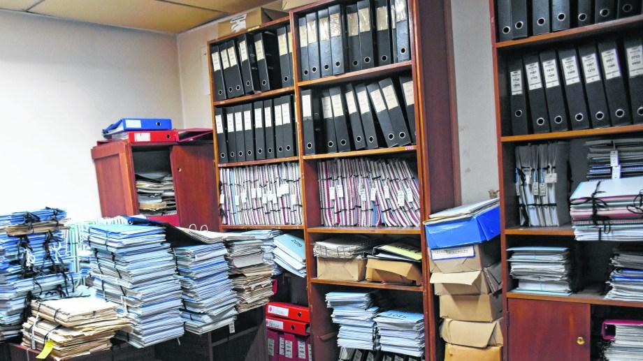 Pilas de expedientes se acumulan en las oficinas municipales a la espera de su evalución legal. (FOTO: Florencia Salto)