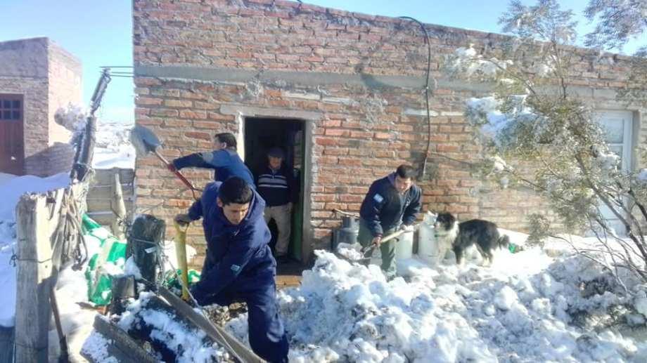 Bomberos ayudan a los campesinos a despejar la nieve en sus viviendas. (Foto: gentileza)