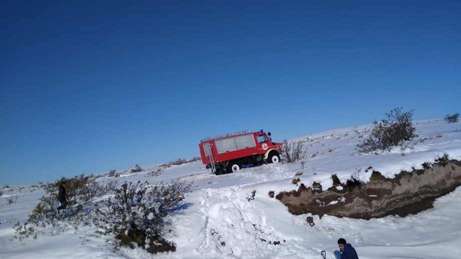 Bomberos voluntarios y el municipio recorren la zona de Sierra Colorada. (foto: gentileza)