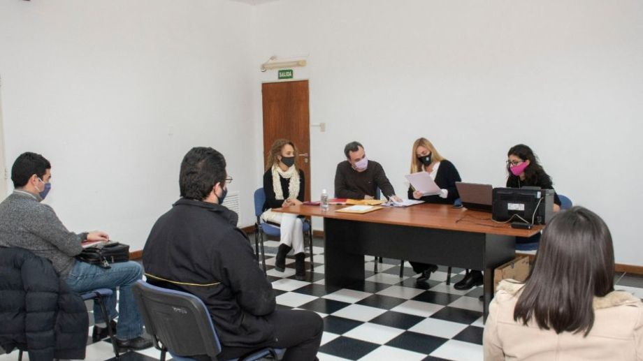 La intendenta María Emilia Soria lideró este miércoles la compulsa y abrió los sobres de los oferentes. Foto: gentileza.-