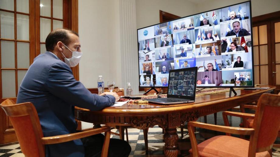 El gobernador de Neuquén, Omar Gutiérrez, participó de la teleconferencia con el presidente alberto Fernández. El IFE se pagará en todo el país. (Foto: Gentileza)