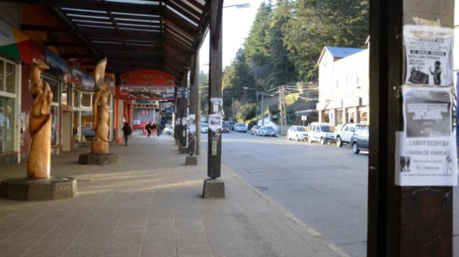 Los colectivos dejaron de circular en las calles de Bariloche ayer por la mañana y la medida se extiende. Archivo