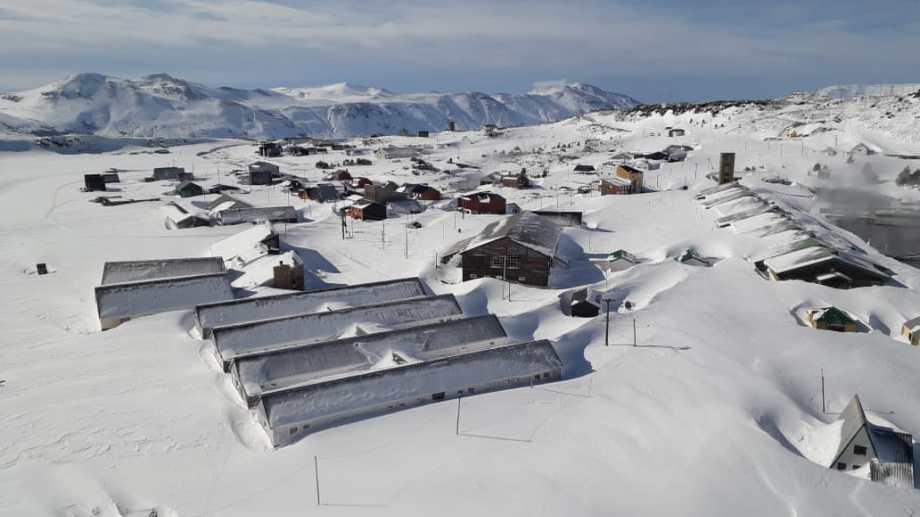 Las termas de Copahue y la villa que la rodea están tapadas por la nieve, que llega a los siete metros en este paraíso neuquino. Foto: Nicolás Canter.