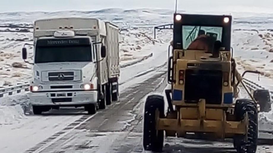 Mantener despejadas las rutas provinciales, permiten el abastecimiento a pueblos y comisiones de fomento. (foto: Gentileza)