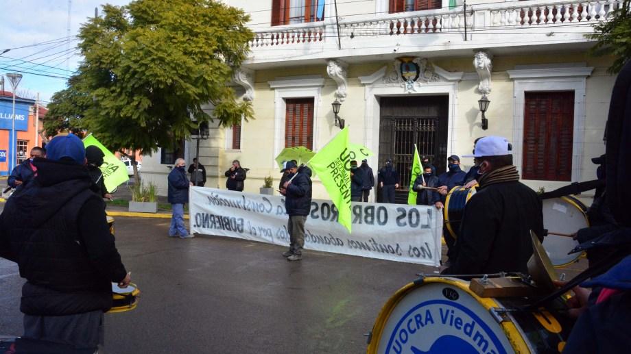 Trabajadores de la UOCRA protestaron el pasado lunes frente a casa de gobierno. Foto: Marcelo Ochoa.