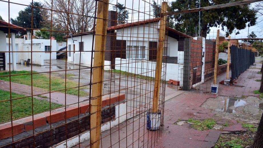 Las refacciones en las viviendas oficiales de calle San Luis de Viedma. La oposición cuestiona la falta de información de la obra. Fotos: Marcelo Ochoa.