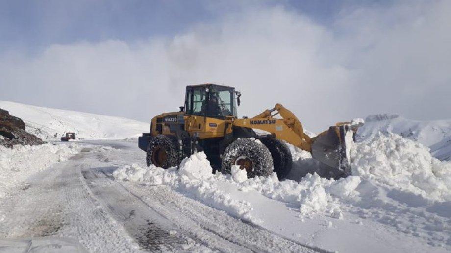 Por la acumulación de nieve hay caminos  por los cuales no se puede circular.  Foto: gentileza