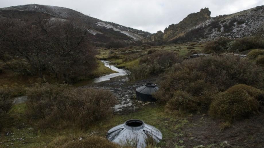 El crudo brota en la zona de Ñirihuau y la remedicación ambiental no se cumplió. Ahora se cancela la concesión de exploración. Archivo