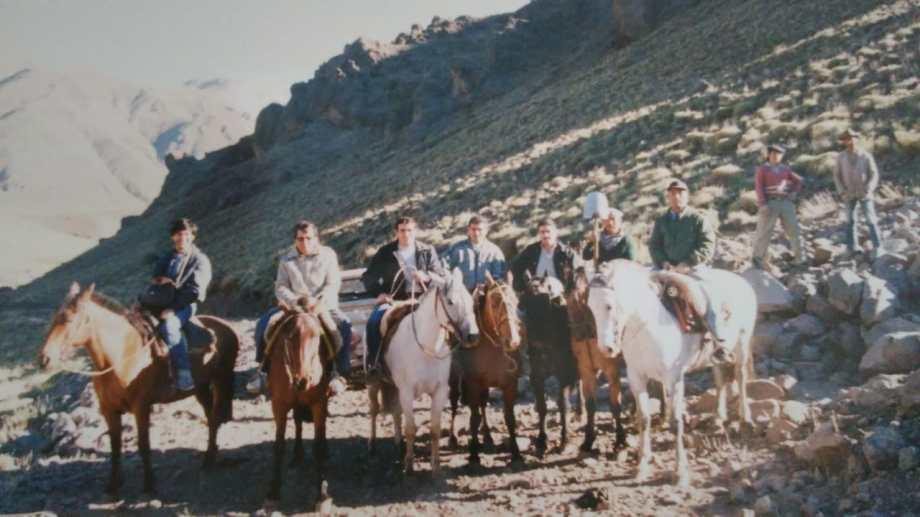 El jueves 2 de marzo de 1989 el equipo de rescate llegó en camioneta hasta el puesto de Valdez en el norte neuquino. Les prestó caballos para continuar la travesía hacia la tumba del agente Cifuentes. Con la pala, el baqueano Francisco Anicasio Vázquez.