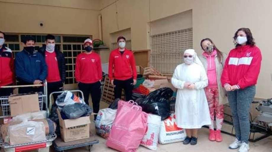 El club neuquino ya estuvo entregando donaciones en merenderos y hogares.