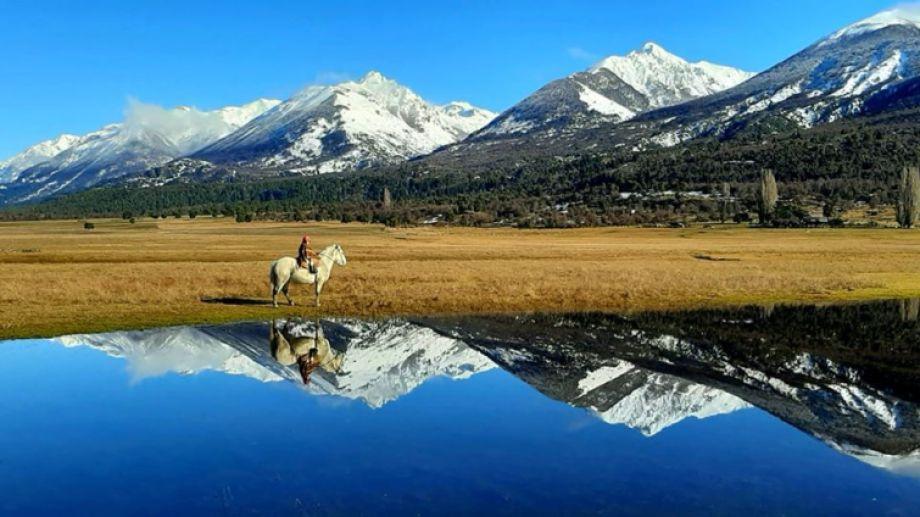 Franco y su caballo corcho en Cholila, al noroeste de Chubut.