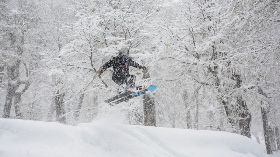 Un salto en la apertura del centro de esquí de San Martín de los Andes. Chapelco permanecerá cerrado hoy y mañana y reabrirá el viernes.