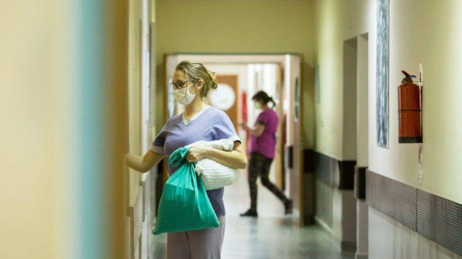 Personal de Salud insiste en mantener los cuidados, para evitar que sigan multiplicándose los contagios. Foto: gobierno de Río Negro.-