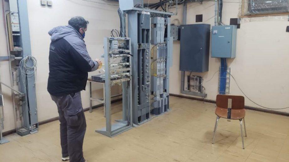Técnicos de Movistar instalan el equipamiento. (Foto: Gentileza)