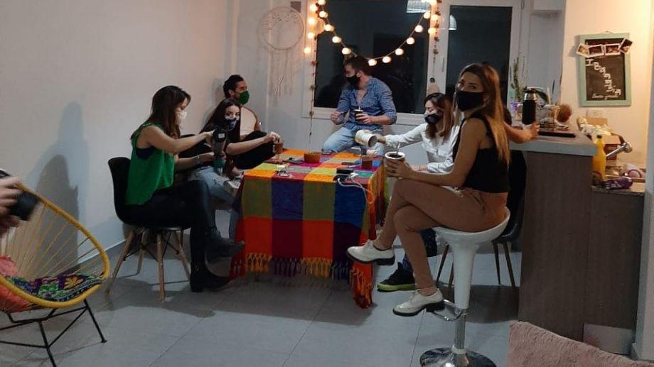 Se recomienda que en las fiestas de fin de año solo se reúnan 10 personas. (Archivo Yamil Regules).-