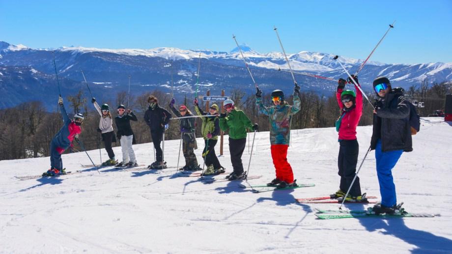 El curso de residentes en Chapelco el fin de semana pasado. Para este recomiendan comprar hasta el jueves 27 por la web y retirar el viernes en la oficina del centro para evitar filas en el cerro.  Los que compren el viernes por la web retiran el sábado en la boletería del centro del esquí.
