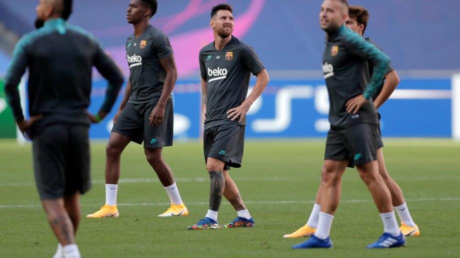 Lionel Messi y algunos de sus compañeros del Barcelona, en un alto del entrenamiento en el estadio de la Luz, en Lisboa. (AP Photo/Manu Fernandez, Pool)