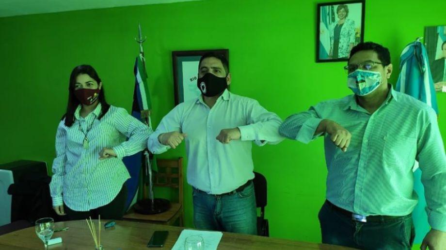 Yamila Direne (Valcheta), Nelson Quinteros (Ramos Mexía) y Fabian Pilquinao (FdT) firmaron el acuerdo este viernes. (Foto: Gentileza).
