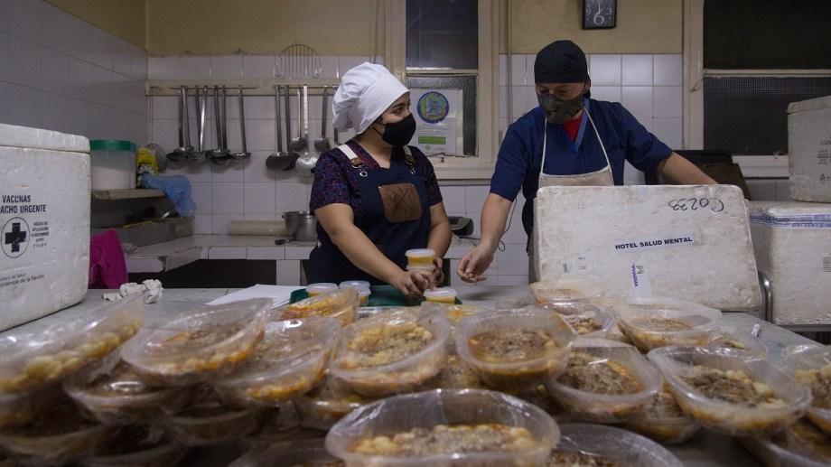 En el hospital Ramón Carrillo hoy cocinan para sus pacientes, el personal y los aislados en hoteles. Foto: Marcelo Martinez