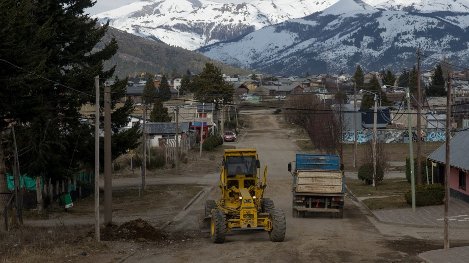 Las máquinas de OPS fueron contratadas el año pasado para mejorar las calles de ripio de Bariloche. Archivo