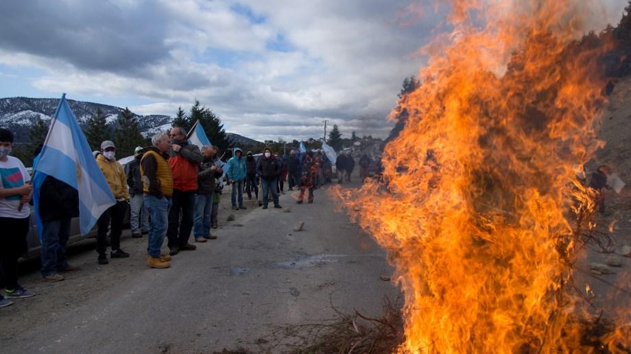 Los manifestantes cuestionaron el bloqueo de la ruta 40. Foto: Marcelo Martínez